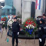 zastave i vijenci oko spomenika