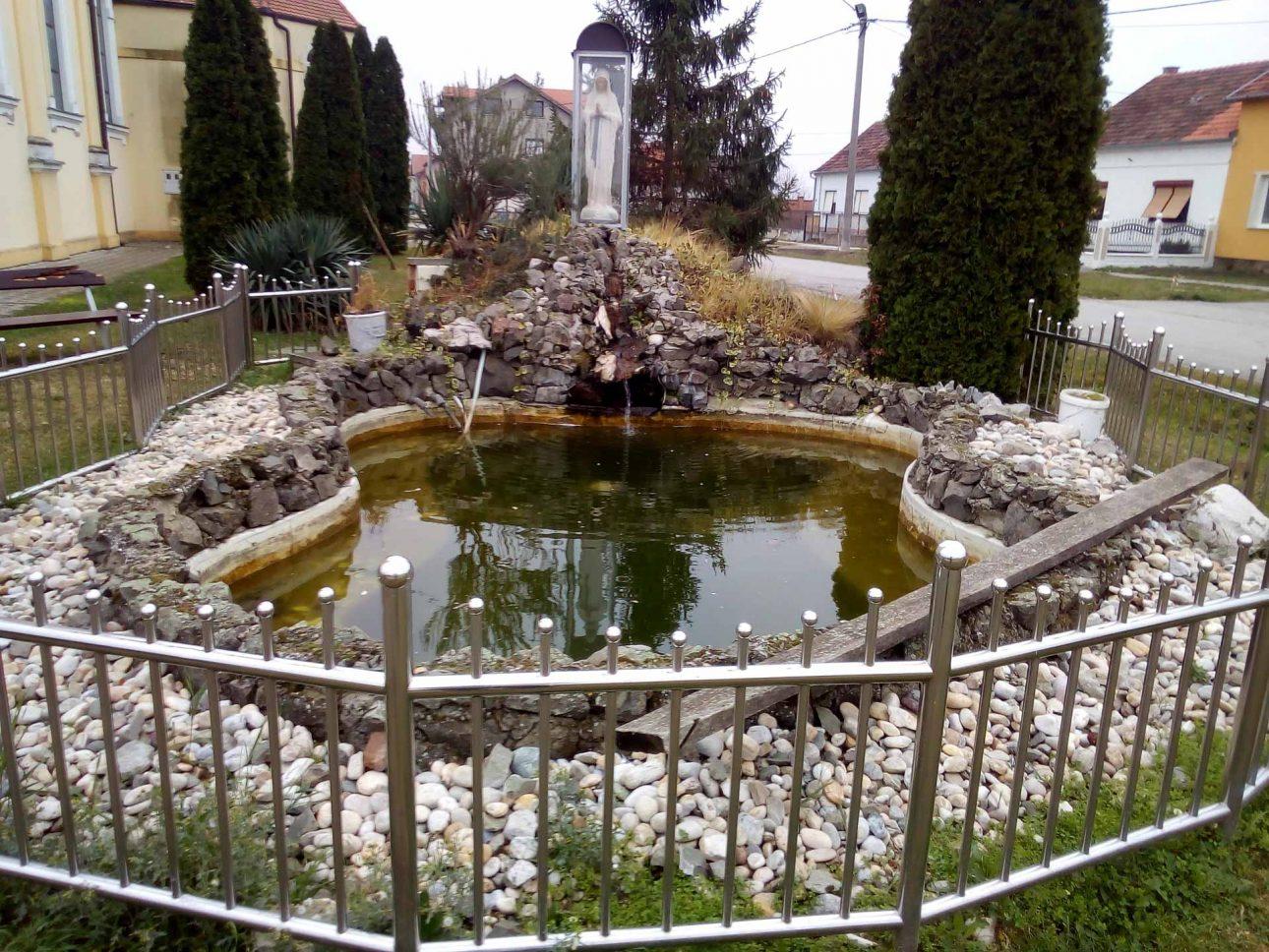 Kip Majke Božje kraj crkve u Ivanovcu