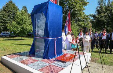spomenik prije svečanog otvaranja