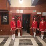 mažoretkinje pred ulazom u dvoranu