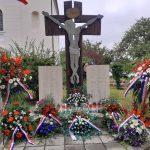 Okičen Centralni spomenik u Komarevu